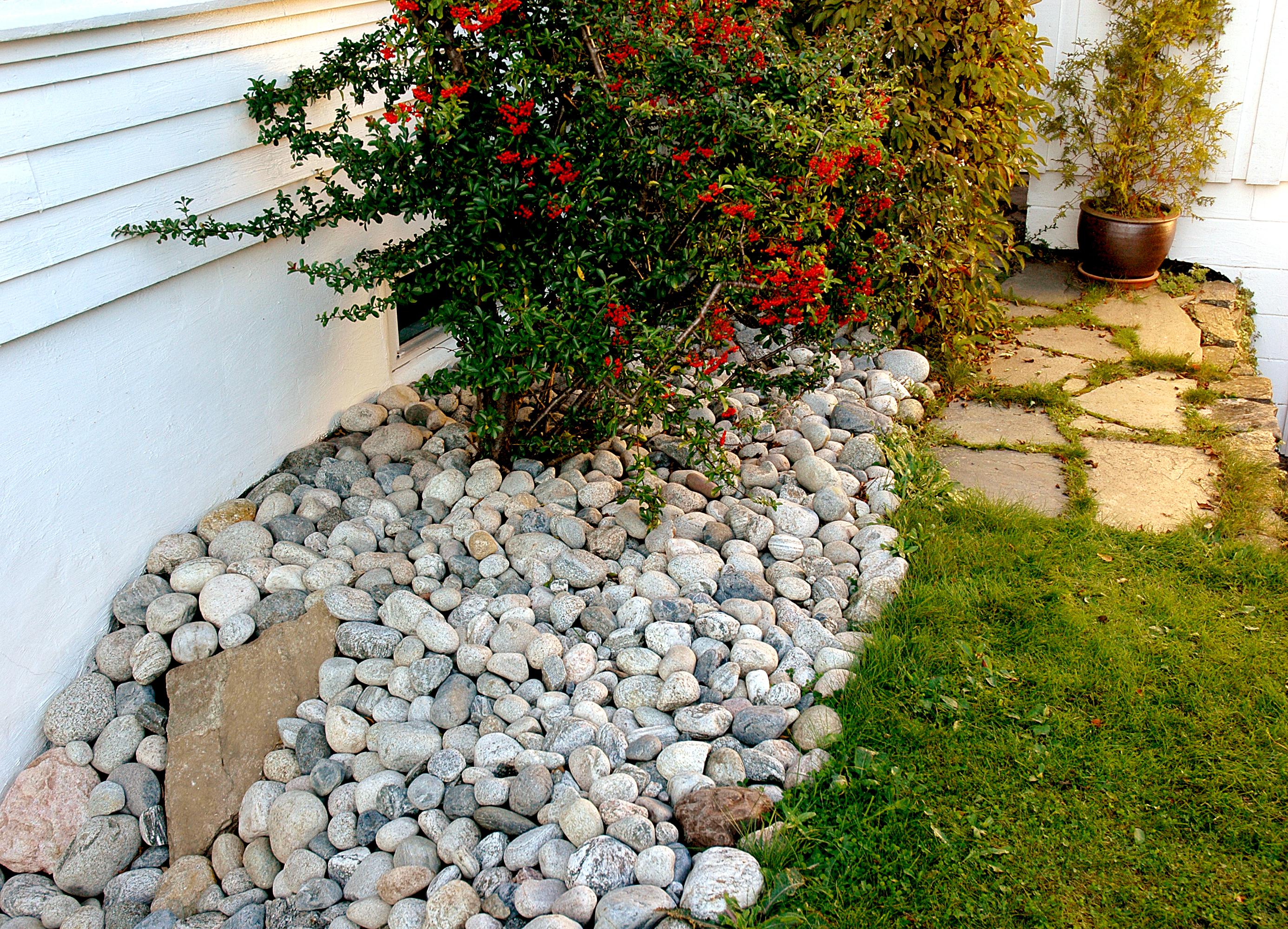 Rullestein inntil husvegg