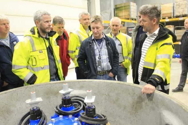 Espen Mikalsen (t.h),  sammen med gjester fra Bergen-. og Askøy kommune i den nye monteringshallen.